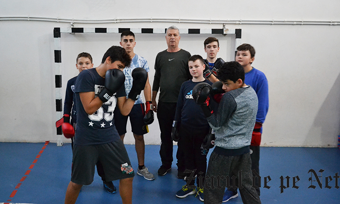SACRIFICIU PENTRU BOX Gheorghe Butnaru își duce elevii la competiții din pensia sa pentru a le arăta frumusețea și noblețea sportului cu mănuși