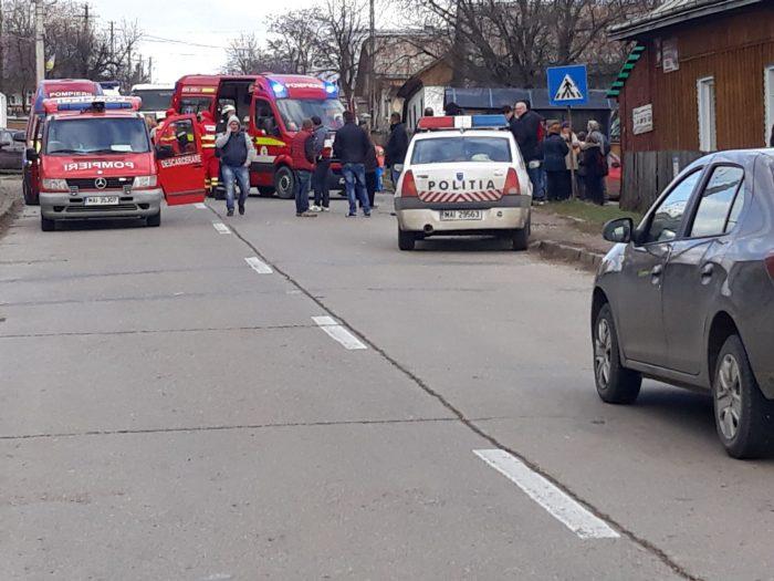 Cinci copii loviti de o masina intr-o statie de autobuz, in Liteni