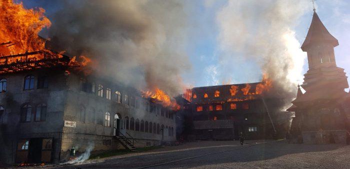 VIDEO Incendiu la Mănăstirea Sf. Mina din Roșiori: ard acoperișurile chiliilor