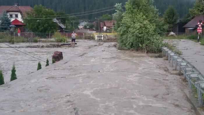 Inundații în zona Câmpulung Moldovenesc.DN 17 a fost acoperit de ape