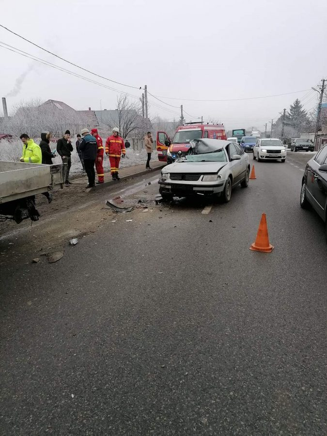 Un autoturism a intrat sub o autoutilitară parcată, la Șcheia