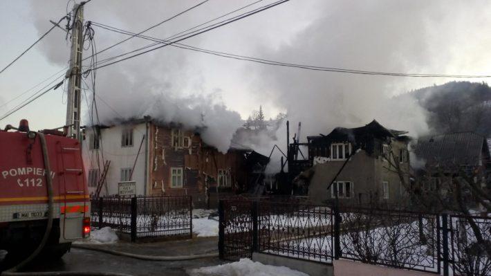 Două gospodării au fost cuprinse de flăcări, la Moldovița, în această dimineață