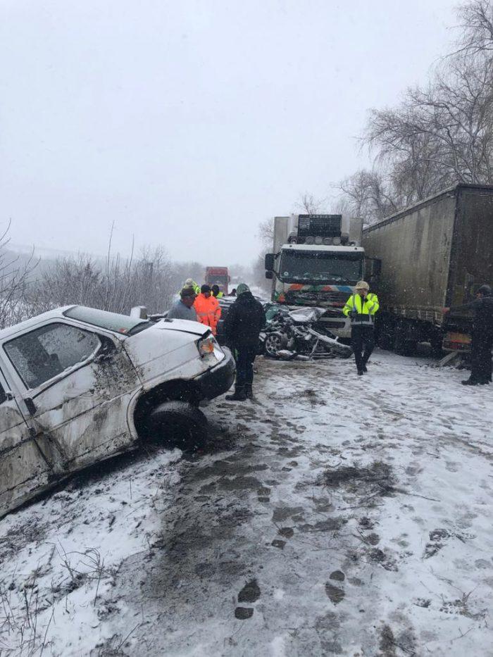 Circulație cu dificultate pe DN 2E, în zona Rădășeni, pe unde a fost deviat traficul din cauza unui accident. Un camion blochează în continuare intrarea în Fălticeni