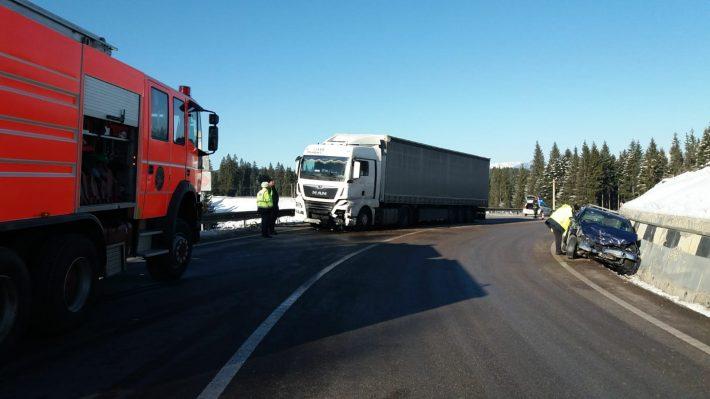 Două persoane grav rănite după ce un autocamion s-a ciocnit cu un autoturism la Poiana Stampei