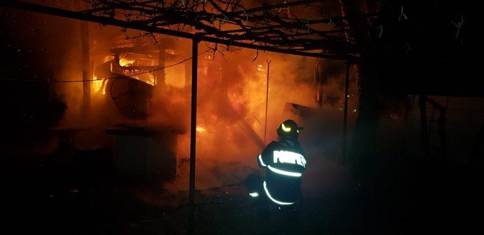 VIDEO  Bucătărie de vară distrusă de un incendiu, la Baia