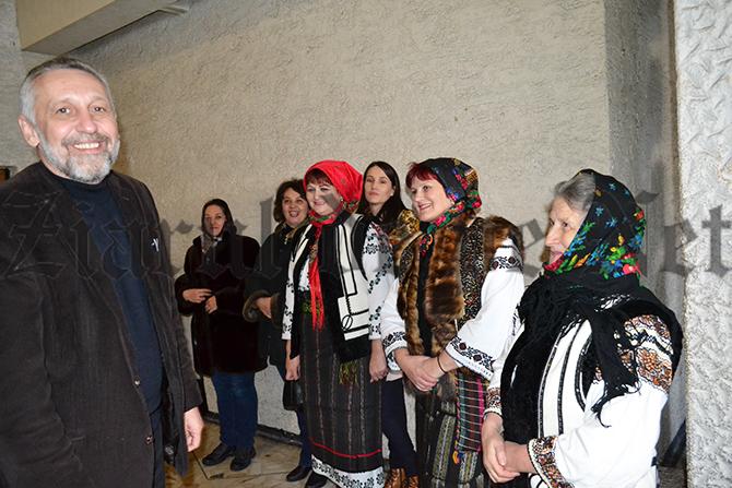 Marian Munteanu, primit la Suceava cu pâine și sare și cu muzică populară. Horă pe holul Casei de Cultură cu tineri costumați în port tradițional