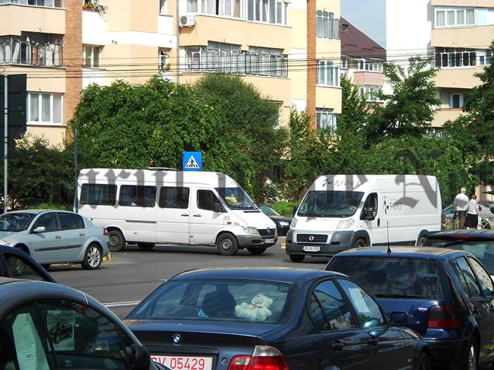 Primăria Suceava dă de înțeles că Inspectoratul de Poliție și Consiliul Județean îi apără pe pirații maxi-taxi. Municipalitatea a nominalizat firmele amendate:Manucu Com, Euro Tip, Family, Trans CM, Trans DMV Europa, Eurotransport și Nicolas David