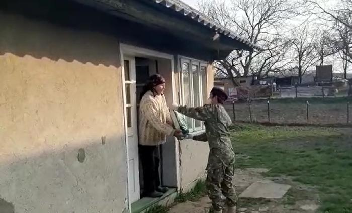 VIDEO  Militarii distribuie alimente și produse de igienă personelor vârstnice carantinate din Suceava și localitățile limitrofe