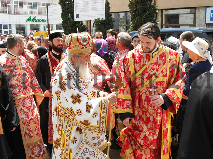 FOTO/VIDEOArhiepiscopul Pimen a mers tot traseul alături de moaștele Sfântului Ioan cel Nou de la Suceava