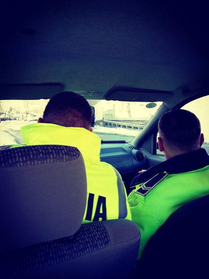 Autoutilitară furată, găsită de polițiștii locali din Fălticeni pe strada Humor. Doi bărbați suspecți au fugit la vederea mașinii poliției