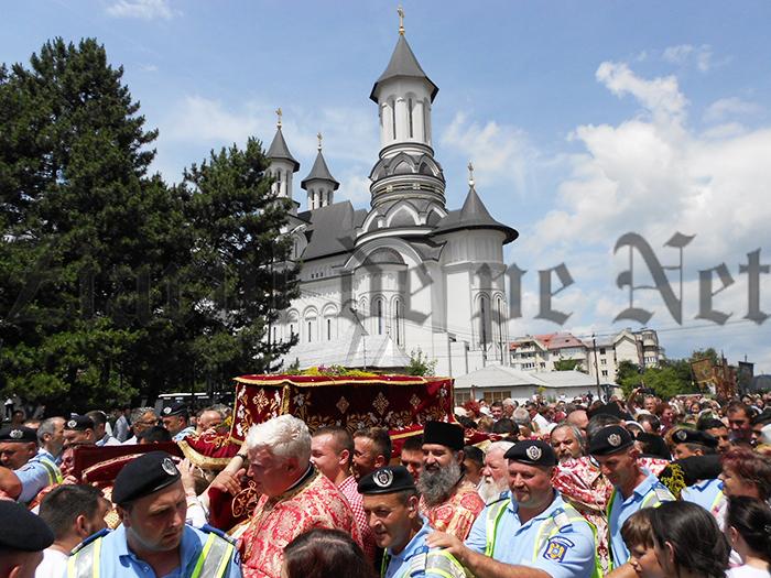 FOTO/VIDEOPuhoi de lume la procesiunea cu moaștele Sfântului Ioan cel Nou de la Suceava