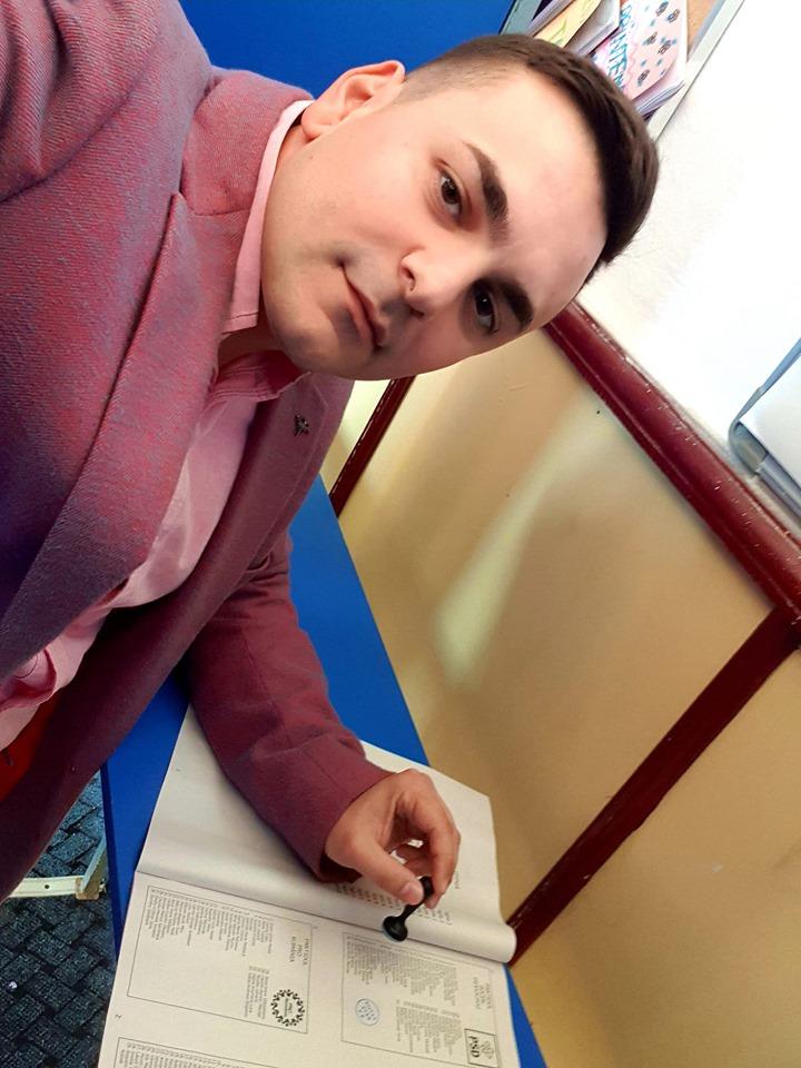 Un pesedist, fiul fostului prim-procuror din Fălticeni, s-a fotografiat cu buletinul și ștampila de vot și a postat imaginea pe facebook. Tânărul riscă o amendă și un dosar penal pentru violarea secretului votului