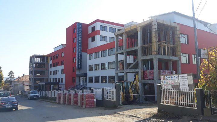 FOTO / Încă un termen de finalizare depășit la spitalul Fălticeni. Scările de urgență abia se construiesc