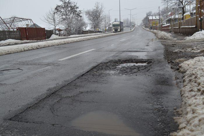 Dezastru pe strada Sucevei din Fălticeni: au reapărut gropile, capacele de canal sunt adevărate capcane pentru șoferi, iar asfaltul a crăpat pe porțiuni întregi