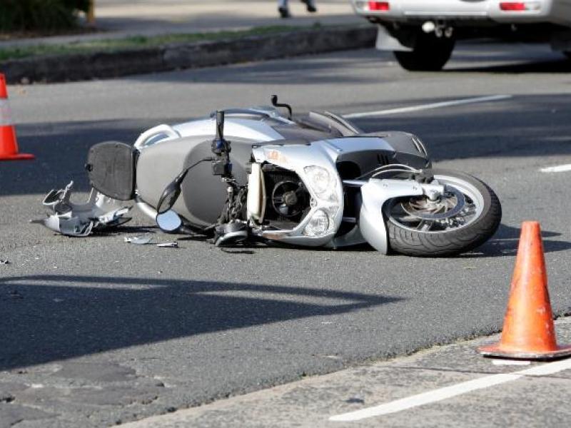 Tânăr accidentat după ce s-a răsturnat cu mopedul, la Cornu Luncii