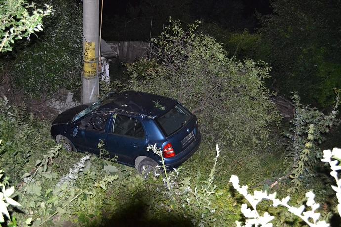 Masina iesita din decor in fata pensiunii Iristar din municipiul Falticeni