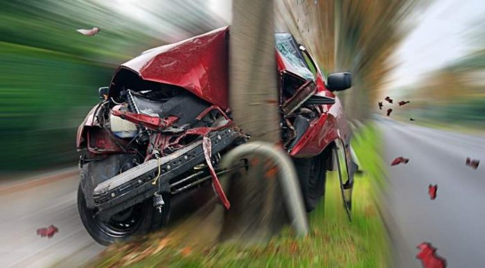 Două persoane rănite după ce un autoturism s-a izbit într-un stâlp, la Cajvana