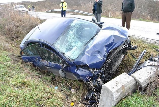 Doi răniți grav după ce un autoturism a lovit un gard și apoi un podeț, la Vicovu de Jos