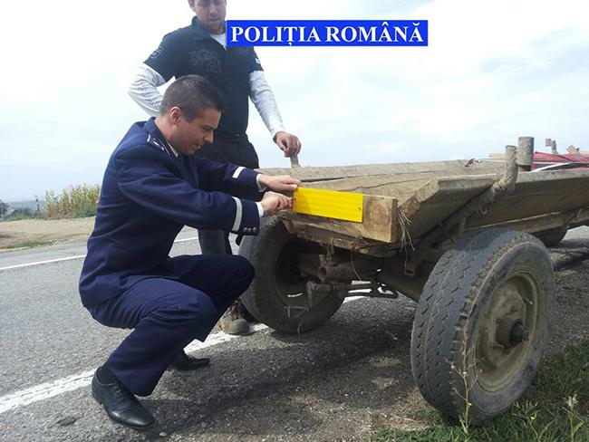 Polițiștii suceveni fac educație rutieră căruțașilor prin montarea de plăcuţe și distribuirea de veste reflectorizante