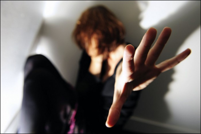 Un individ beat din Dolhasca și-a luat soția la bătaie în miez de noapte, din cauza geloziei, de față cu cele două fetițe minore