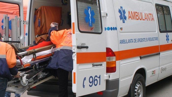 Bătrână rănită după ce mașina în care se afla a lovit un stâlp, la Boroaia