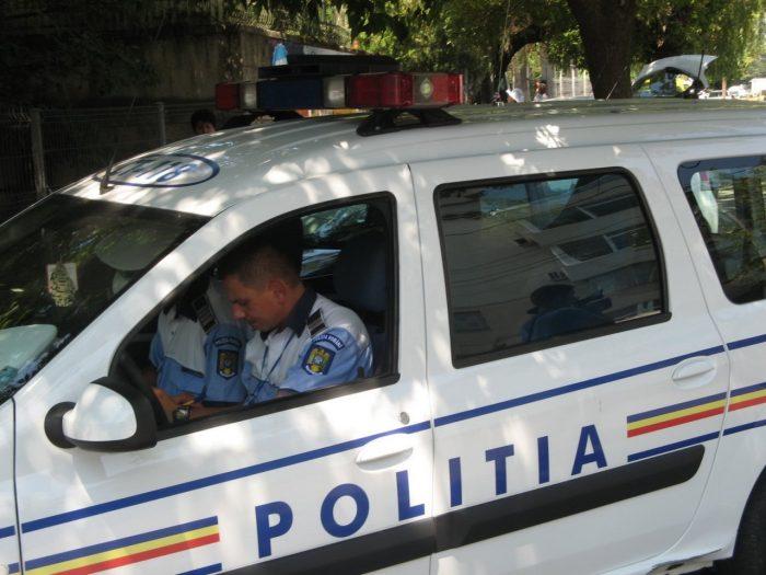 Un șofer fără permis a trecut de la volan pe bancheta din spate, la vederea patrulei de poliție