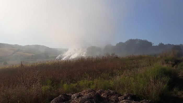 FOTO/VIDEO  Arde groapa de gunoi din Fălticeni. Fumul și mirosul greu au pus stăpânire pe oraș