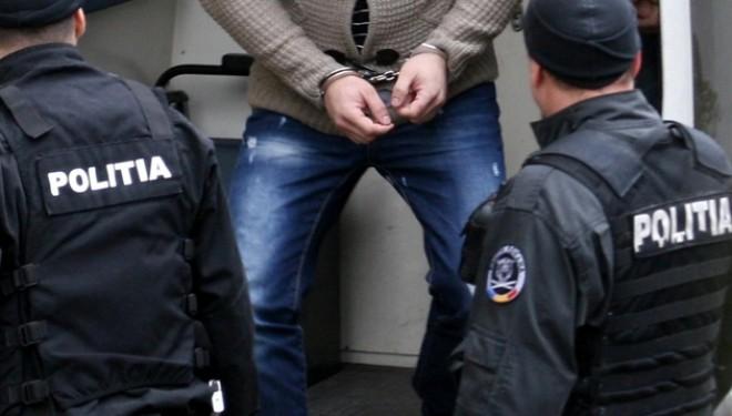 Polițiștii din Fălticeni l-au prins cu radarul pe un individ care avea mandat de arestare emis de italieni. Bărbatul din Cornu Luncii circula cu 117 km/oră prin Groapa Rădășenilor