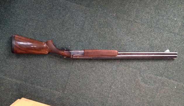 Armă neletală și 16 elemente de muniție confiscate de polițiștii suceveni