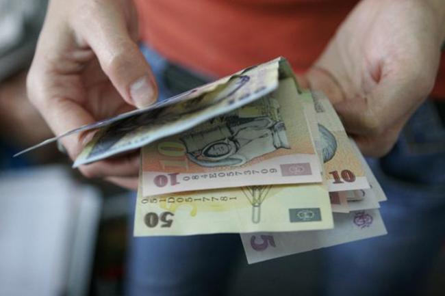 O familie din Dolhasca a rămas fără banii din pensie după ce l-au lăsat pe un necunoscut să le folosească toaleta
