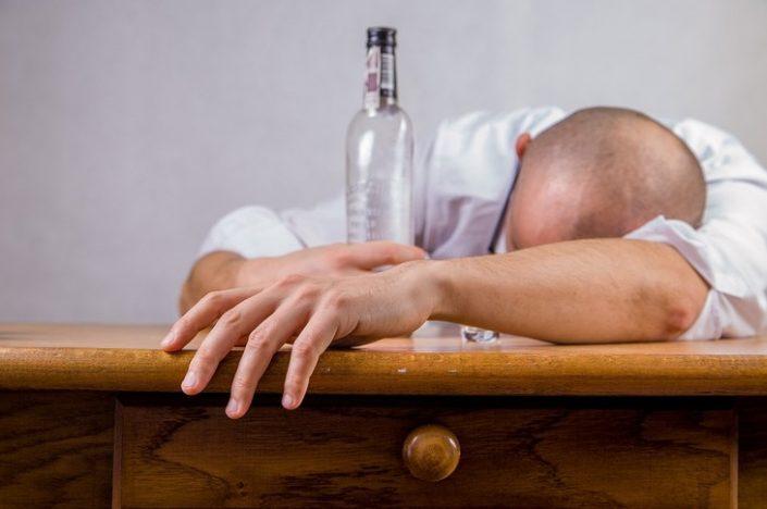 Un șofer beat mort a pus la pământ un gard la Cornu Luncii. Individul avea o alcoolemie de 1,81 la mie!