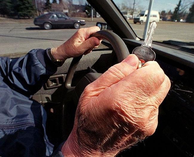 Un șofer de 92 ani a intrat într-o movilă de pietre, la Câmpulung Moldovenesc