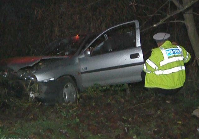 Conducător auto accidentat după ce a intrat într-un stâlp și apoi în șanț, la Vatra Dornei