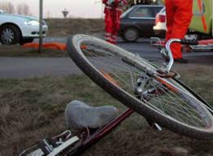 Biciclist mort după ce a intrat într-un autoturism, la Baia