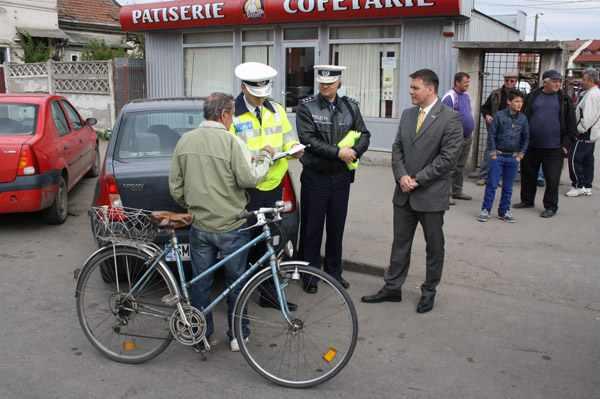 Polițiștii suceveni îi amendează, dar îi și dotează pe bicicliști cu veste reflectorizante