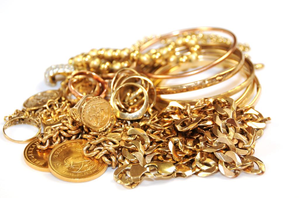 Doi tineri au furat bijuterii dintr-o locuință din Suceava