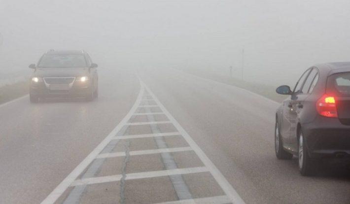 Se circulă cu dificultate din cauza ceții în zona Fălticeni. Polițiștii recomandă prudență în trafic
