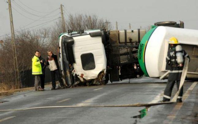 Circulația în Pasul Mestecăniș este blocată de o cisternă răsturnată
