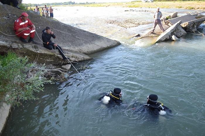 Scafandrii caută trupurile celor 2 tineri înecați la Liteni