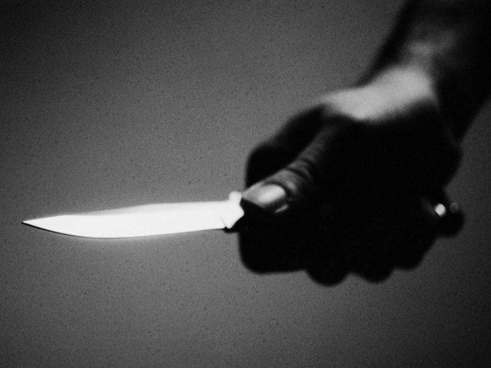 Un individ i-a pus cuțitul la gât soției tovarășului de pahar și a vrut să o violeze, iar când soțul a intervenit, a vrut să îl omoare
