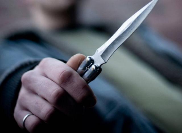 """Bărbatul din Mălini care a lovit un consătean cu cuțitul pe stradă, cercetat pentru tentativă de omor.El a sărit să-și """"ajute"""" nepotul implicat într-o bătaie"""