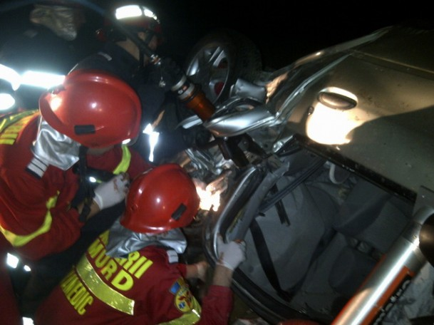 Mașină răsturnată pe Transrarău. Patru persoane au căzut cu mașina în gol de la șapte metri