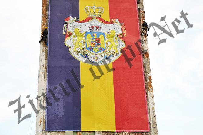 Turnul de apă al fostei filaturi din Fălticeni, acoperit cu drapelul României Mari