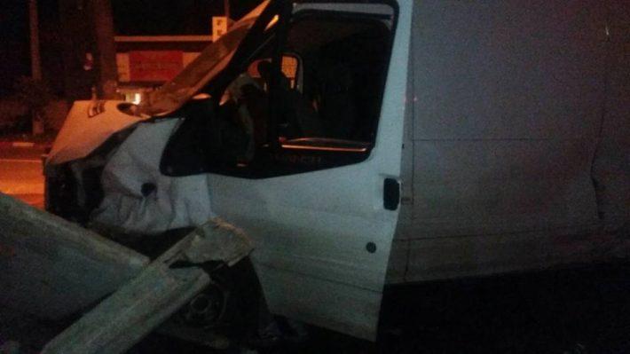Un minor din Marginea a furat o autoutilitară și s-a oprit cu ea în gardul unei case
