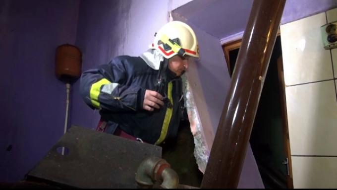 O centrală termică a sărit în aer într-o gospodărie din Râșca. Proprietara nu a observat că energia electrică era întreruptă și a alimentat centrala cu lemne
