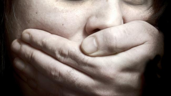 Un fals medic cu antecedente grele a fost reținut pentru comiterea unui viol și a mai multor agresiuni sexuale