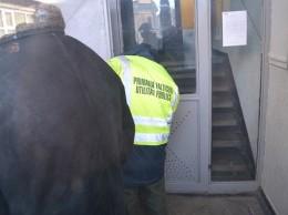 angajatul Primăriei Fălticeni de la Utilități Publice forțând intrarea în sediul Asociației de proprietari nr.15 Fălticeni