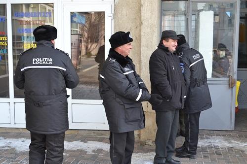 Întrebare: de câți polițiști locali are nevoie primarul COMAN să spargă ușa unei asociații de proprietari ?