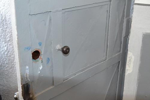 ușa Asociației de proprietari nr.15 Speranța după finalizarea operațiunii Primăriei PSD Fălticeni