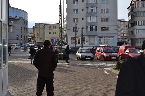 Paul BUHLEA, șeful Poliției Locale- Primăriei Fălticeni incercând să scape de fotograful ZdpN